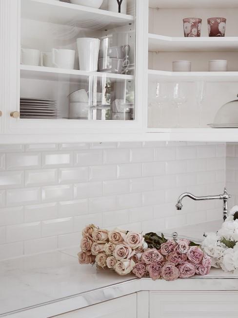 Rosen in Rosanuancen in weißer Küche