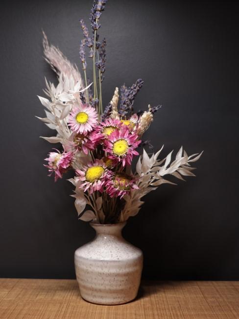 Trockenblumen in Rosa, Pink, Weiß und Lila in Vase