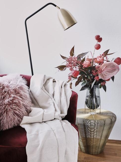 Blumenstrauss in Rosa- und Pinknuancen auf Beistelltisch