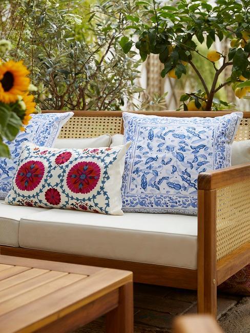 Holz Sofa mit Bezug und bunten Kissen