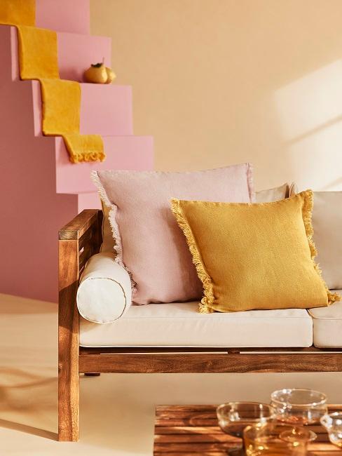 Balkon Sofa mit hellem Bezug und bunten Kissen