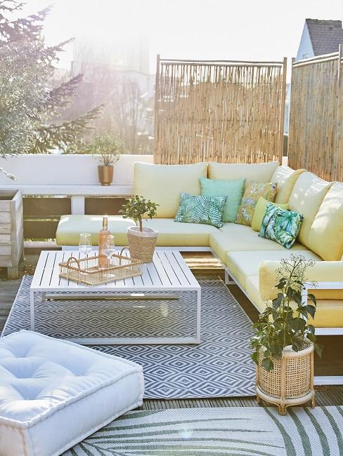 Lounge Ecke mit gelben Bezug auf einer Dachterrasse