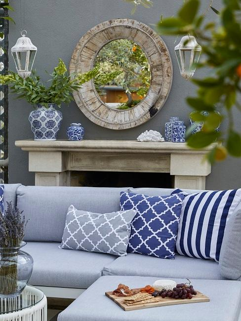 Balkon Sofa mit blauer, klassischer Deko