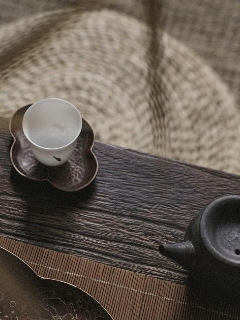 Teetasse auf einer Holzbank