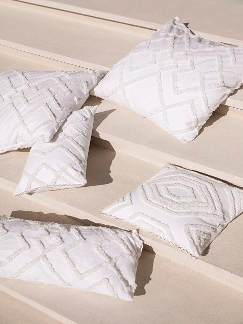 Weiße Kissen mit Struktur