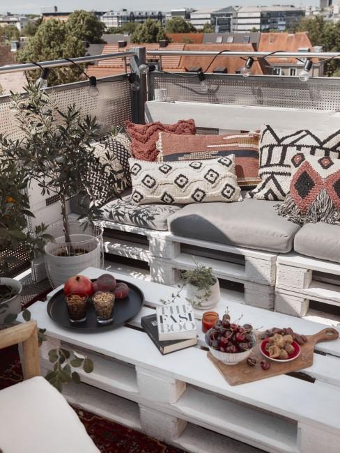 DIY-Palettensofa auf dem Balkon im Boho Style