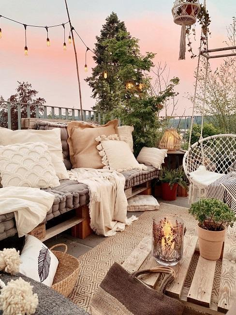 Terrasse im Boho-Style mit selbst gebauter Palettenbank