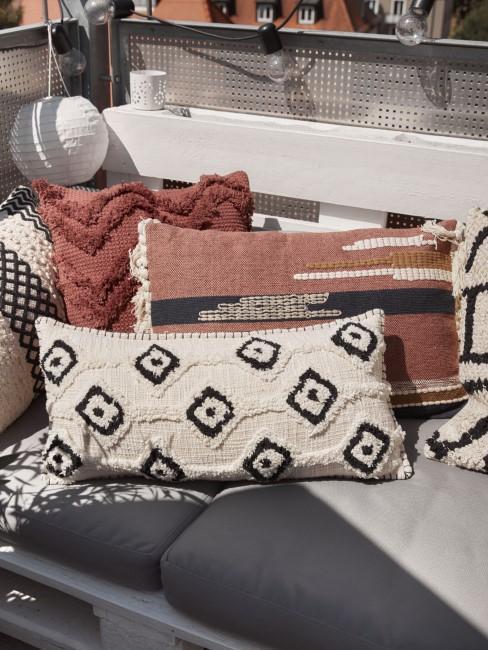 Boho Kissen und graues Sitzkissen auf Palettensofa