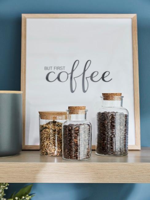 Kaffeebehälter vor einem Bild