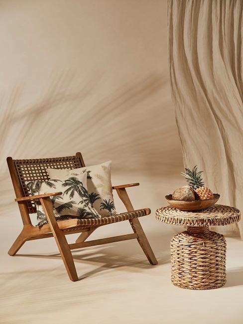 Sessel mit Beistelltisch und fliegendem Vorhang