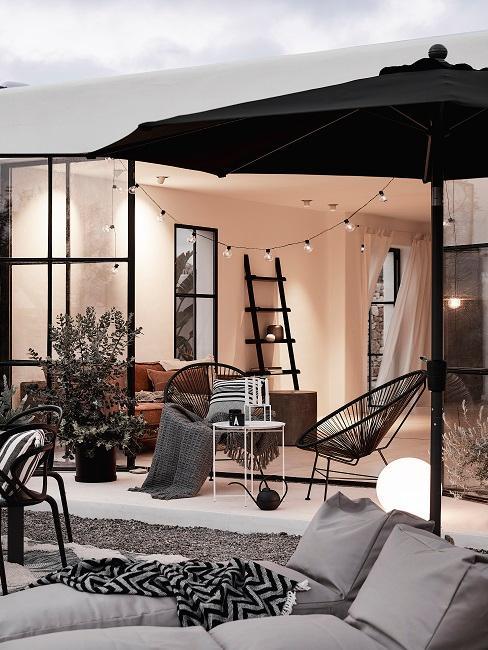 Balkon mit großem Sonnenschirm
