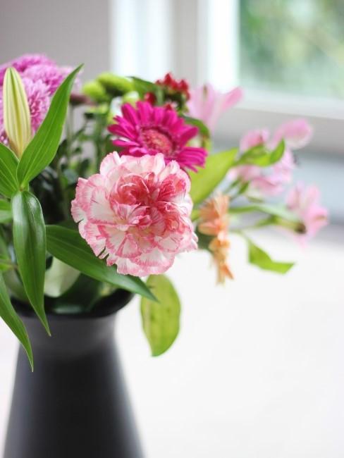 Rosa Nelke in Frühlingsstrauß in Vase