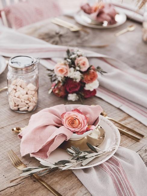 Rosa Rose auf Teller als Tischdeko