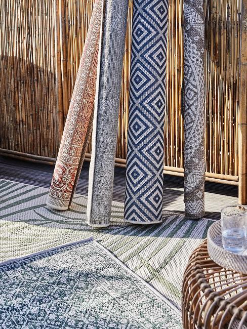 Verschiedene Teppiche aufgestellt an einer Wand