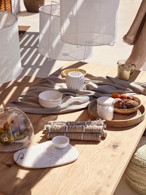 Tisch mit Geschirr und Besteck