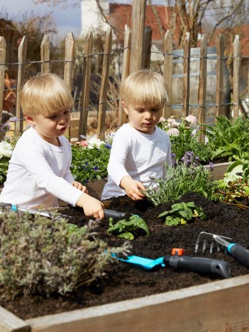 Praktisches Hochbeet für das Gärtnern mit Kindern