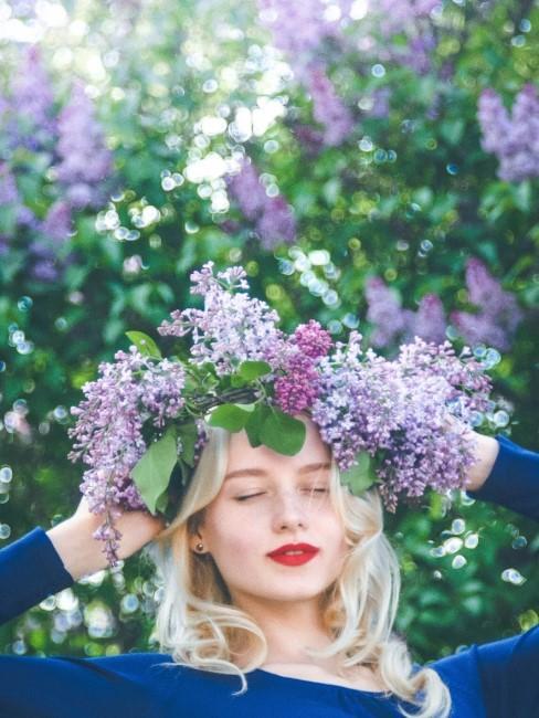 Frau mit lila Blumenkranz aus Flieder