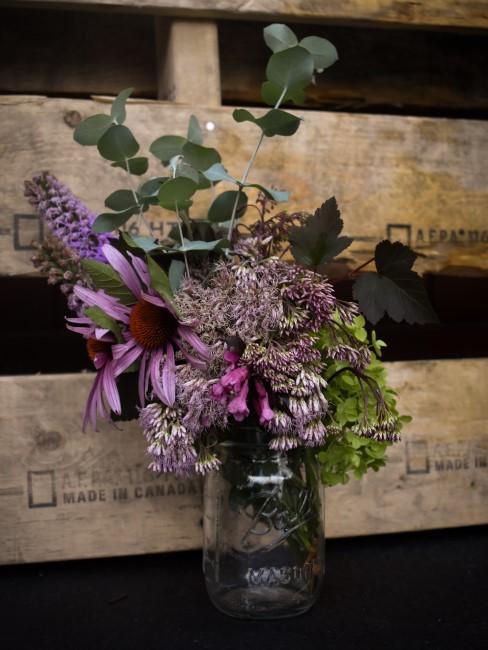 Strauß mit lila Blumen