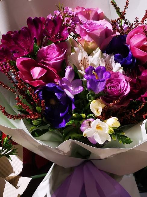 lila Blumen in gemischtem Blumenstrauß