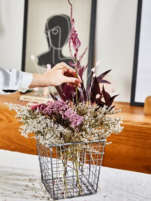 lila Trockenblumen sowie weiße und rosa Blumen