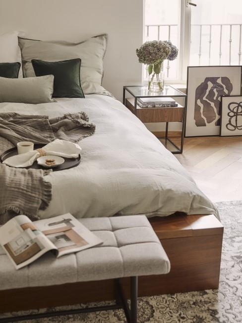Graue Bettwäsche auf DIY-Bett