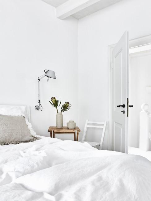 Nachttisch aus Holz in weißem Schlafzimmer