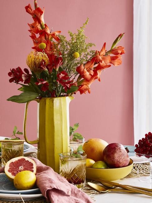 Frühstückstisch mit orangen Blumen