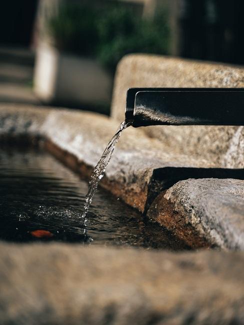 Brunnen mit kleinem Auslass