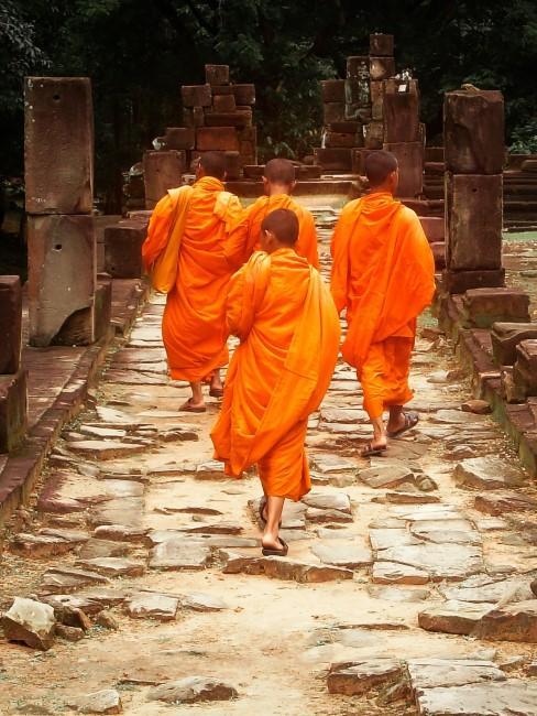 Mönche in Orange gekleidet