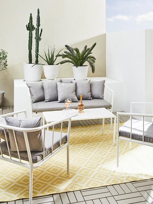 Sitzecke mit Pflanzen im Hintergrund