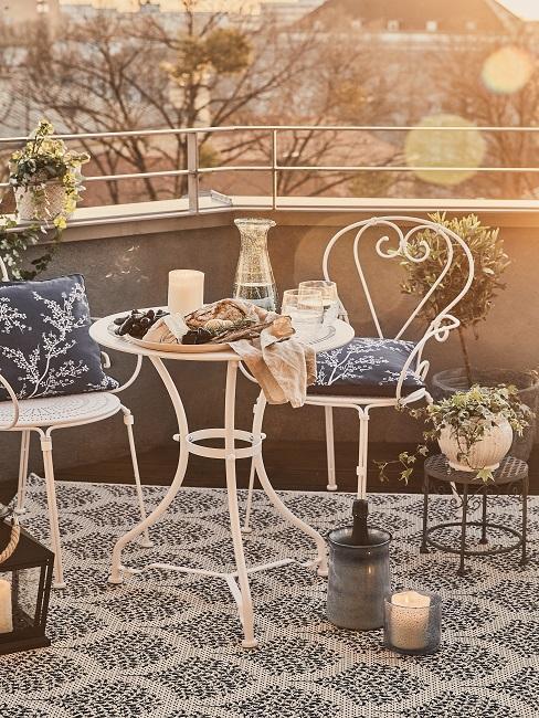 Dachterrasse mit gedecktem Tisch und Stühlen