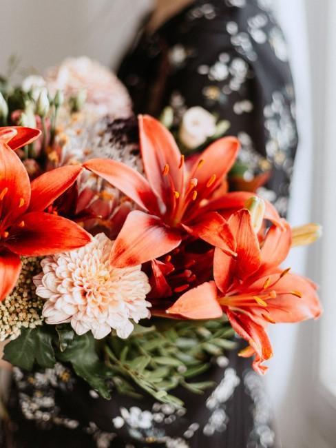 Orange Lilien im Blumenstrauß