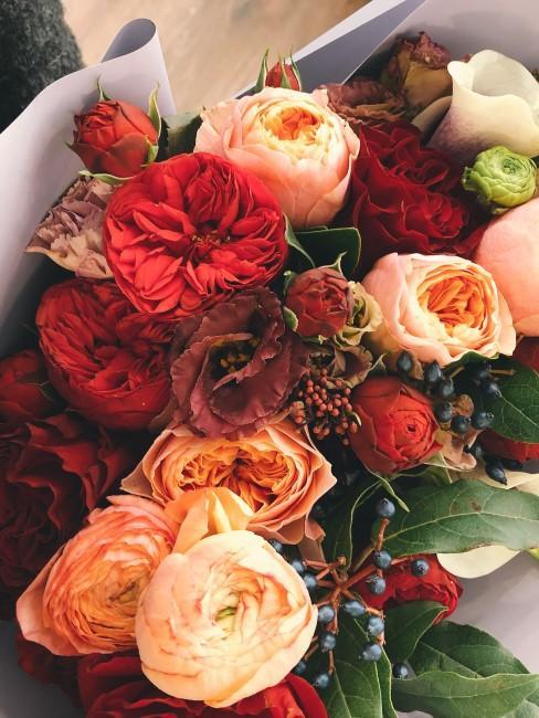 Blumenstrauß in Orange und Rot