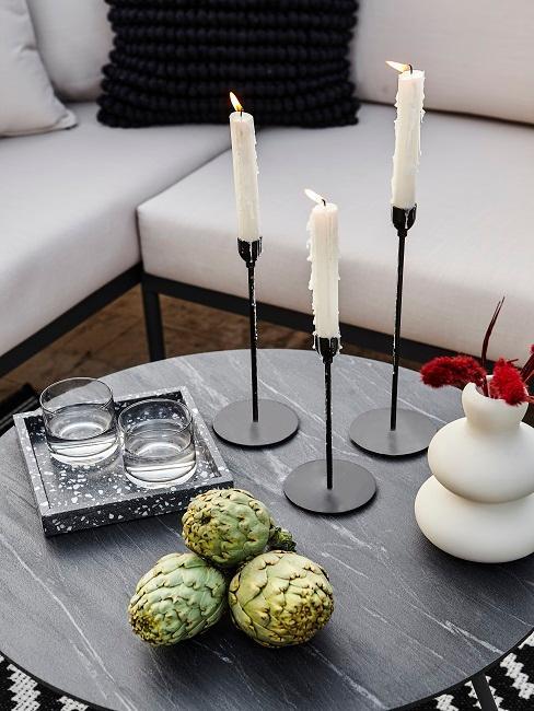 Mediterrane Deko auf schwarzem Gartentisch