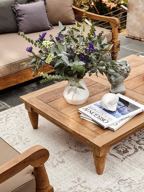 Kleiner Gartentisch aus Holz mit Deko