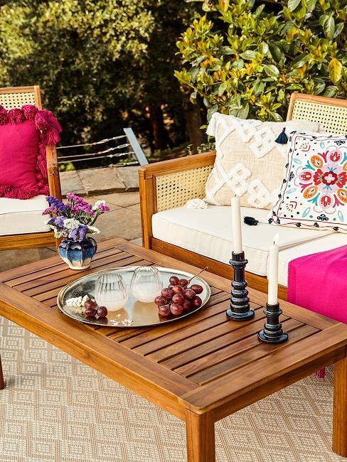 Glamour Dekotablett mit Vasen und Kerzenständer auf Gartentisch