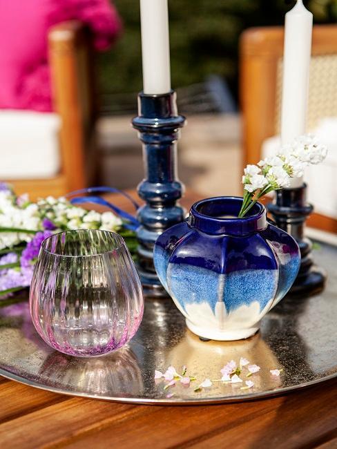 Blaue Mini-Vasen als Gartentisch Deko