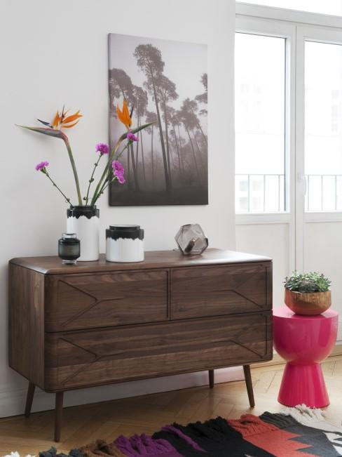 Paradiesvogelblume in Vase auf dem Sideboard