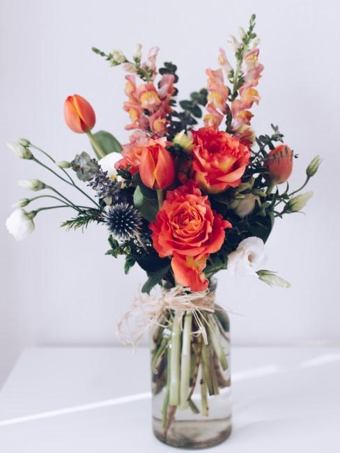 Blumenstrauß mit orangen Blumen, weißen und blauen