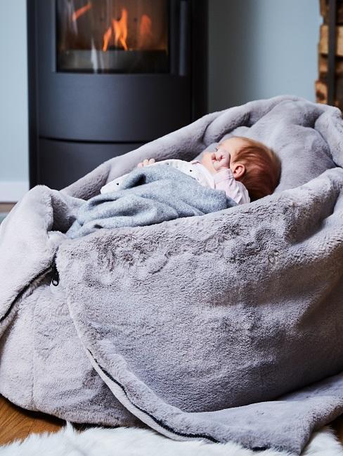 Baby in Decke eingekuschelt