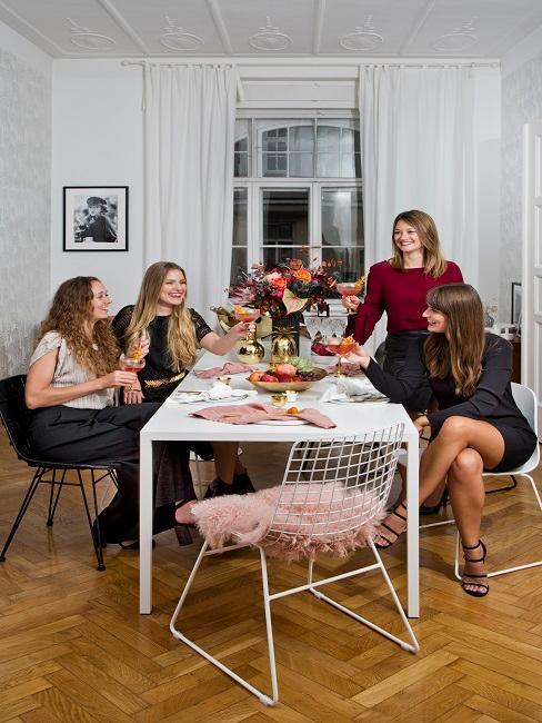 Befreundete Mädchengruppe bei Party