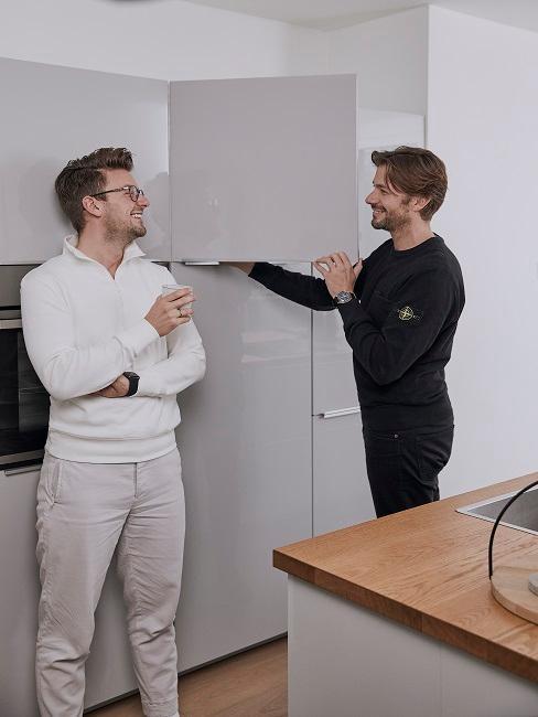 Männer in Küche