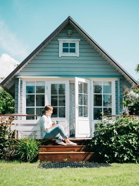 Blaue Fassade für das Gartenhaus