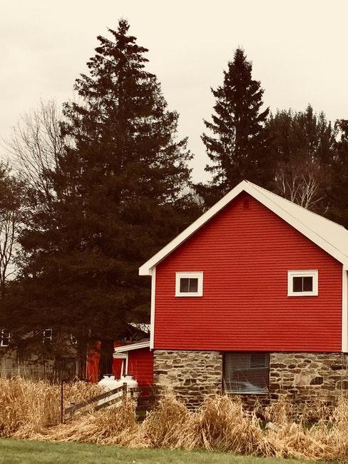 Gartenhaus gestalten mit Anstrich in Schwedenrot