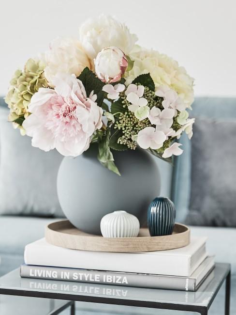Kugelvase mit weißem Blumenstrauß auf Coffee Table Books