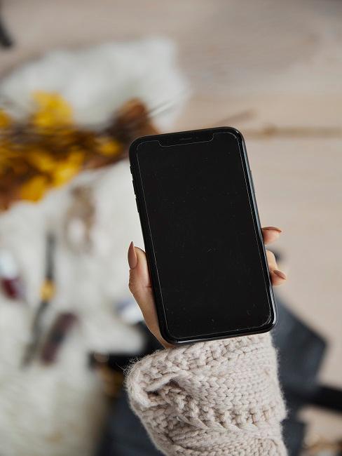 Iphone wird in der Hand gehalten