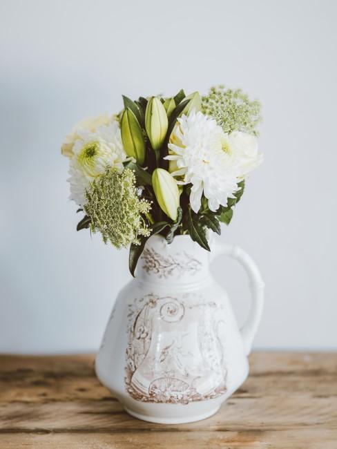 Blumenstrauß in Weiß, Grün, Gelb in Krug