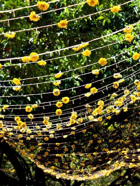 gelbe Blumengirlande hängend