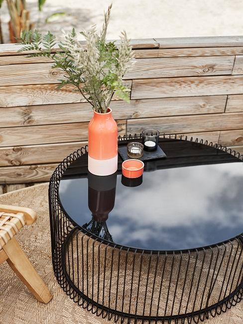 Schwarzer, runder Gartentisch mit Deko Vase und Teelichter