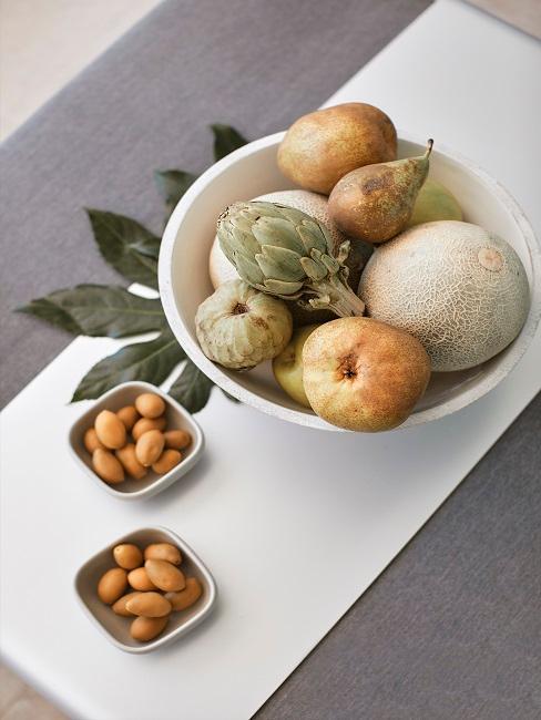 Gartentisch mit kleiner und großer Obstschale